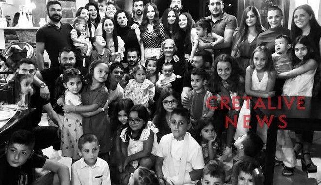 Κρήτη: Σούπερ (προ)γιαγιά φωτογραφίζεται με καμιά 50αριά απογόνους και γίνεται viral