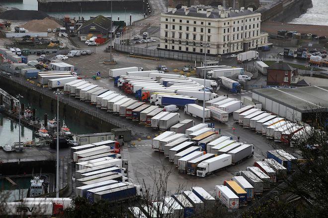 Φορτηγά σταθμευμένα λόγω απαγόρευσης, κοντά στο λιμάνι του Ντόβερ, την κύρια σύνδεση της Βρετανίας με την ηπειρωτική Ευρώπη στη βόρεια Γαλλία, 22 Δεκεμβρίου 2020.