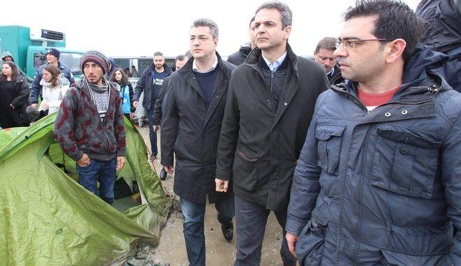 Επίσκεψη του προέδρου της Νέας Δημοκρατίας Κυριάκου Μητσοτάκη στον καταυλισμό των προσφύγων στην Ειδομένη την Τρίτη 15 Μαρτίου 2016. Ο πρόεδρος της ΝΔ συνοδευοταν από τον Ειδικό Συντονιστή Μεταναστευτικής Πολιτικής, Βουλευτή Α' Αθηνών Βασίλη Κικίλια και τον Περιφερειάρχη Κεντρικής Μακεδονίας Απόστολο Τζιτζικώστα.  (ΜΟΤΙΟΝΤΕΑΜ/ΒΑΣΙΛΗΣ ΒΕΡΒΕΡΙΔΗΣ)