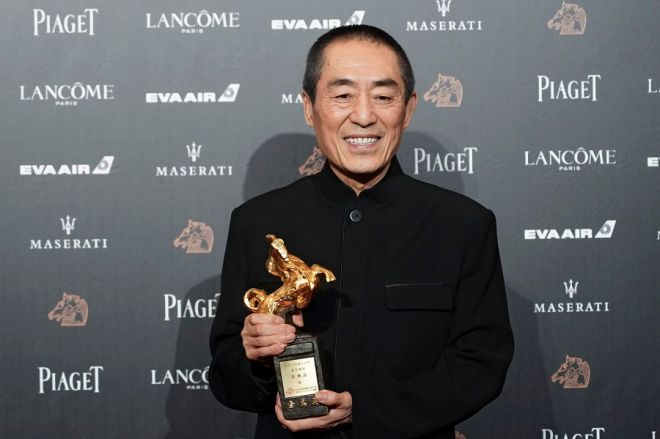 Ο Ζανγκ Γιμού με το βραβείο Καλύτερου Σκηνοθέτη στα βραβεία Golden Horse, τα Κινέζικα Όσκαρ.