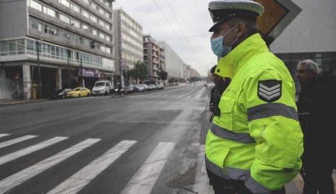 Έλεγχοι από αστυνομικούς σε πολίτες για την εφαρμογή των πρόσθετων μέτρων με απαγόρευση κυκλοφορίας, για τον περιορισμό της διάδοσης του κορονοϊού