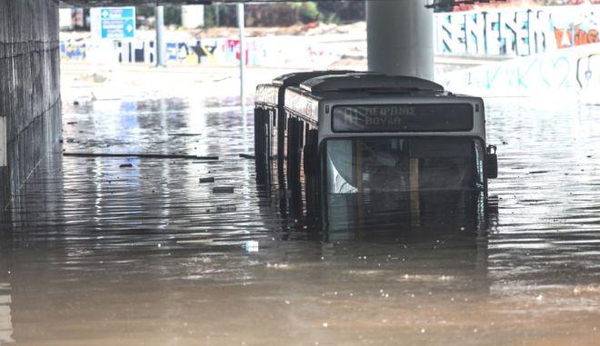 """Κακοκαιρία """"Μπάλλος"""": Εγκλωβίστηκε λεωφορείο κάτω από τη γέφυρα του """"Σταύρος Νιάρχος"""" - Απίστευτες εικόνες"""