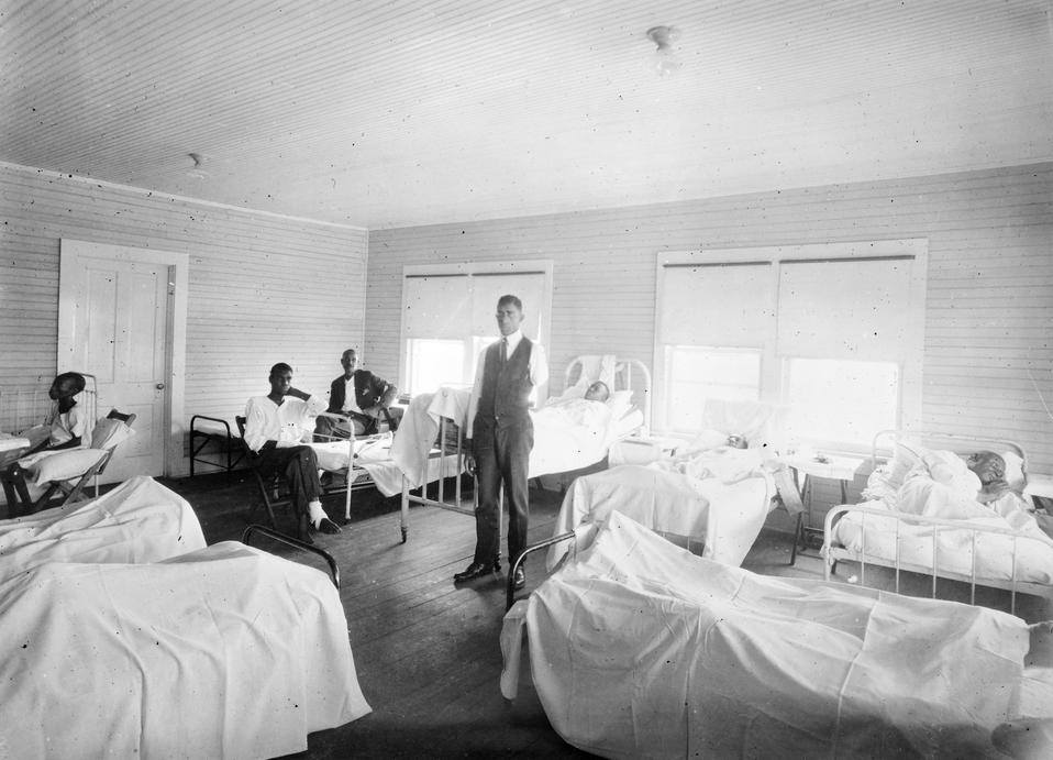 Τραυματίες Αφροαμερικανοί σε νοσοκομείο του Ερυθρού Σταυρού στην Τούλσα.