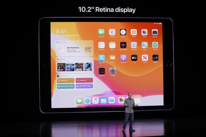 Ο Greg Joswiak, αντιπρόεδρος της Apple παρουσιάζει το νέο iPad με οθόνη 10,2 ιντσών retina