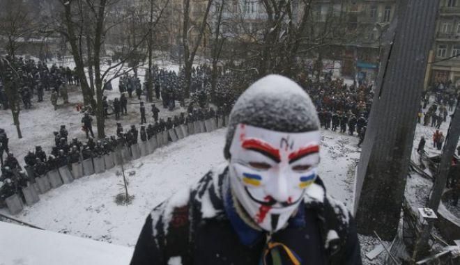 Νεκρός διαδηλωτής σε επεισόδια στο Κίεβο