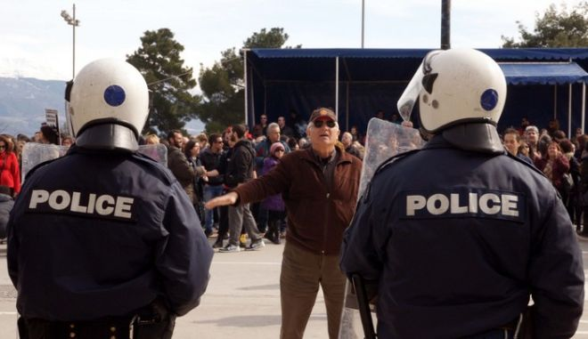 Με μούντζες από τους μαθητές προς τους επισήμους, με επεισόδια μεταξύ αστυνομίας και διαδηλωτών και με έντονη αστυνομοκρατία εορτάστηκαν σήμερα τα Ελευθέρια στην πόλη των Ιωαννίνων. Στο μεταξύ οι κτηνοτρόφοι της Ηπείρου, μετά την παρέλαση, μοίρασαν γάλατα, διαμαρτυρόμενοι για την πώληση της γαλακτοβιομηχανίας. (EUROKINISSI // ΣΥΝΕΡΓΑΤΗΣ)