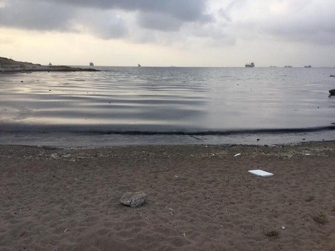 Σαλαμίνα: Τεράστια ρύπανση στις ακτές από τη βύθιση δεξαμενόπλοιου