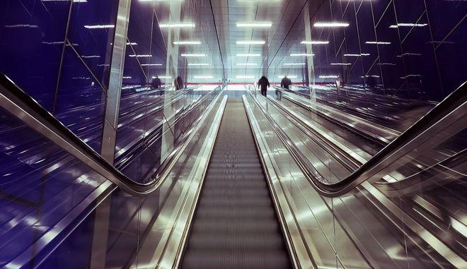Φρικτός θάνατος στο μετρό της Νέας Υόρκης: Στραγγαλίστηκε όταν η μπλούζα του πιάστηκε σε κυλιόμενες