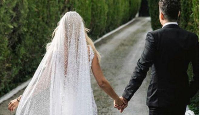 Η φωτογραφία που δημοσίευσε η βουλευτής της ΝΔ, Έλενα Ράπτη, από τον γάμο της με τον Κίμωνα Μπάλλα