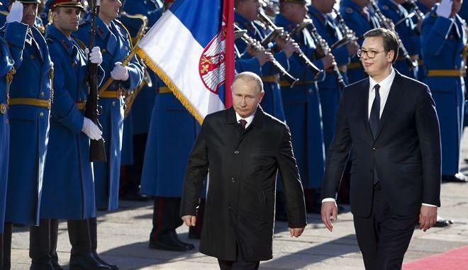 Ο Ρώσος πρόεδρος Βλαντίμιρ Πούτιν και ο Σέρβος ομόλογός του Αλεξάνταρ Μπούτσιτς κατά την επίσκεψη του πρώτου στο Βελιγράδι