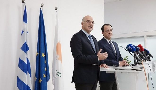 Ο Έλληνας υπουργός Εξωτερικών Νίκος Δένδιας και ο Κύπριος ομόλογός του Νίκος Χριστοδουλίδης στη Λάρνακα