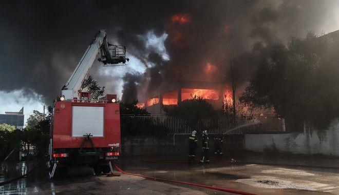 Πυρκαγιά σε εργοστάσιο πλαστικών στη Μεταμόρφωση Αττικής, στον παράδρομο της εθνικής οδού Αθηνών- Λαμίας, στο ύψος του 13ου χιλιομέτρου, το Σάββατο 15 Αυγούστου 2020.