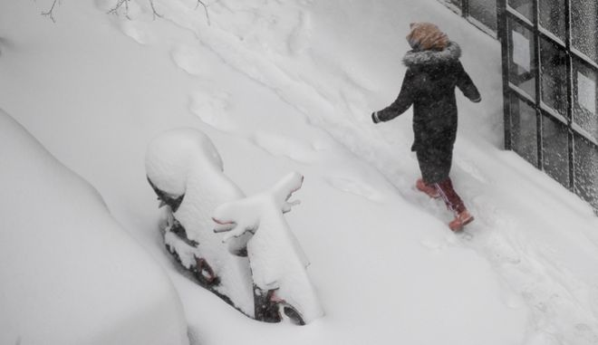 """A woman walks along a street after a heavy snowfall in Madrid, Spain, Saturday, Jan. 9, 2021. Spain is on high alert as a cold snap is covering much of the country with snow disrupting road, sea, rail and air traffic with the capital, Madrid enduring what the city's mayor described as """"the worst storm in 80 years."""" (AP Photo/Paul White)"""