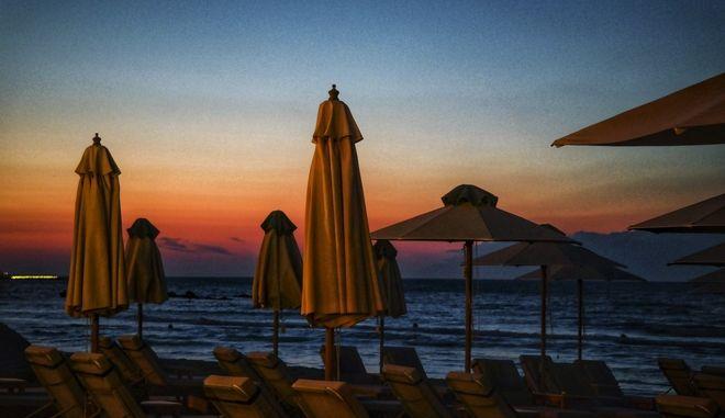 Δύση ηλίου στην παραλία της Ρόδας στην Κέρκυρα