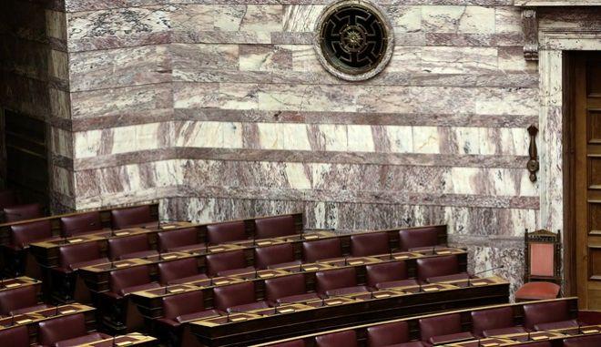 Άδεια έδρανα στα δεξιά του κοινοβουλίου