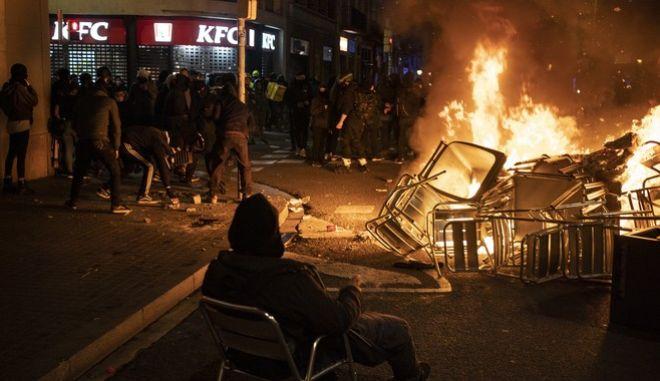 Άλλη μία νύχτα συγκρούσεων στην Ισπανία