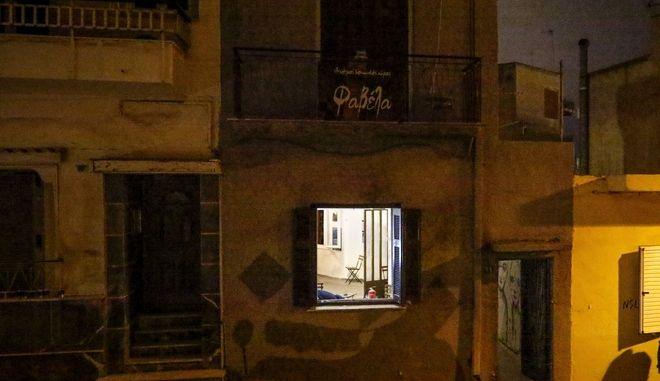 """Επίθεση με τέσσερις τραυματίες στον ελεύθερο κοινωνικό χώρο """"Φαβέλα"""" στον Πειραιά. Συγκεκριμένα ομάδα 30 ατόμων ατόμων εισέβαλετο απόγευμα κρατώντας λοστούς, καδρόνια και καπνογόνα.  (EUROKINISSI/ΓΙΩΡΓΟΣ ΚΟΝΤΑΡΙΝΗΣ)"""