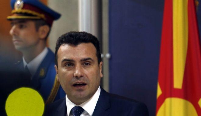 Με κλειστά χαρτιά οι αρχηγοί στα Σκόπια