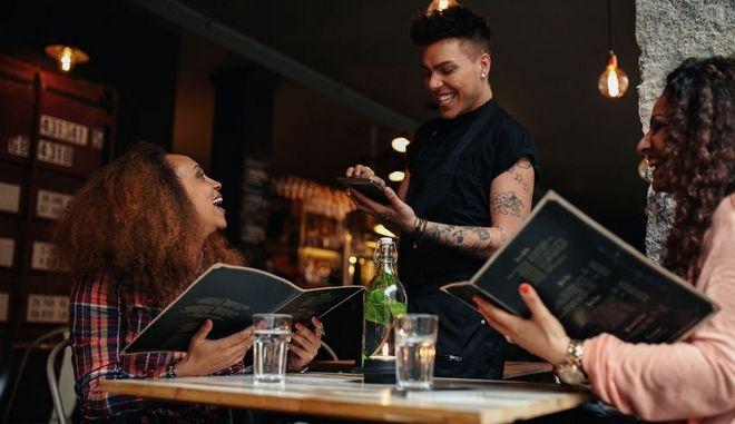 Πελάτισσες σε εστιατόριο ετοιμάζονται να παραγγείλουν (φωτογραφία αρχείου)
