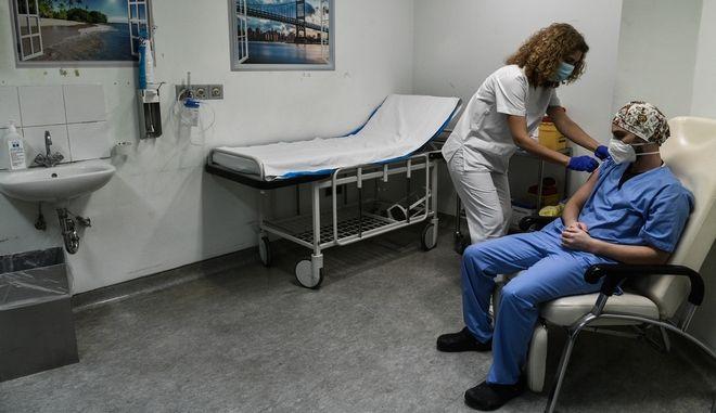 """Εμβολιασμός υγειονομικού προσωπικού κατά του κορονοϊού στο νοσοκομείο """"Αττικόν"""""""