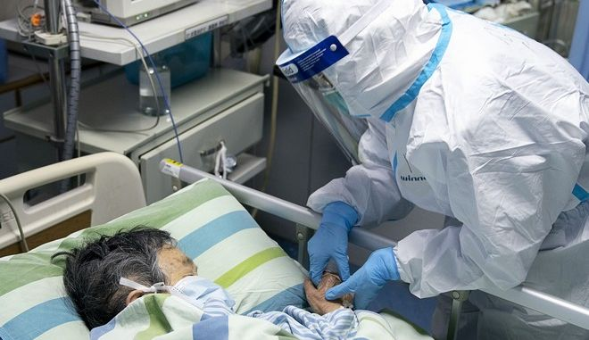 Γιατρός εξετάζει ασθενή στην πόλη Γουχάν