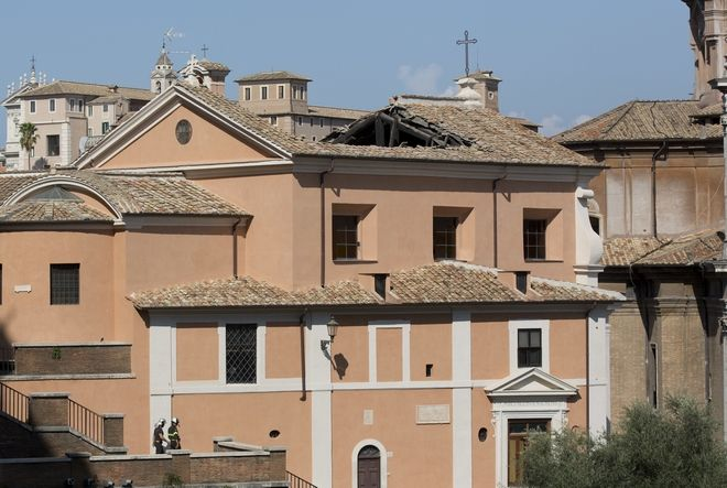 Ξύλινα δοκάρια και κεραμικά πλακίδια έπεσαν στο πάτωμα της εκκλησίας