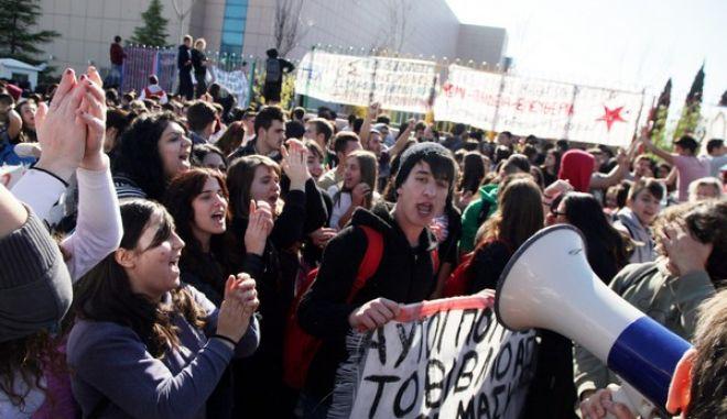 Συγκέντρωση διαμαρτυρίας έξω από το υπουργείο Παιδείας στο Μαρούσι πραγματοποίησαν μαθητές, διαμαρτυρόμενοι για το Νέο Λύκειο και την τράπεζα θεμάτων. την Παρασκευή 21 Νοεμβρίου 2014.(EUROKINISSI/ΓΕΩΡΓΙΑ ΠΑΝΑΓΟΠΟΥΛΟΥ)