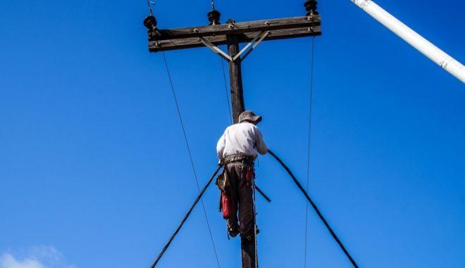 Εναερίτες επισκευάζουν καλώδια της ΔΕΗ (φωτογραφία αρχείου)