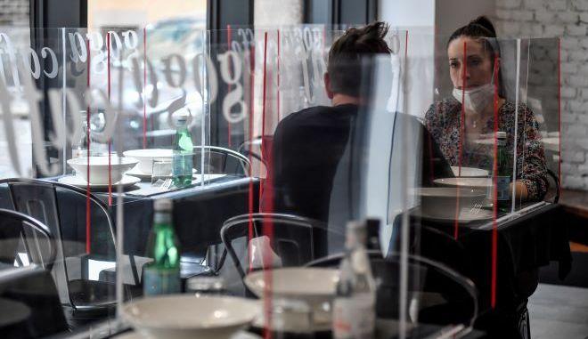 Εστιατόριο της Ιταλίας με διαχωριστικά Plexiglas