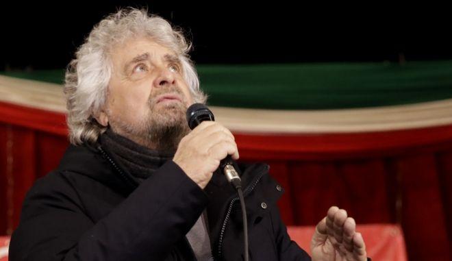"""Ο κωμικός Μπέπε Γκρίλο που ίδρυσε το """"Κίνημα των Πέντε Αστέρων"""", κόμμα που βρέθηκε πρώτο στις πρόσφατες εκλογές στην Ιταλία"""