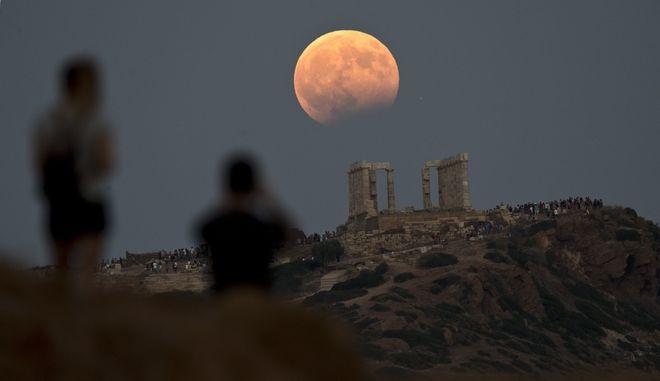 Πανσέληνος πάνω από τον Ναό του Ποσειδώνα στο Σούνιο