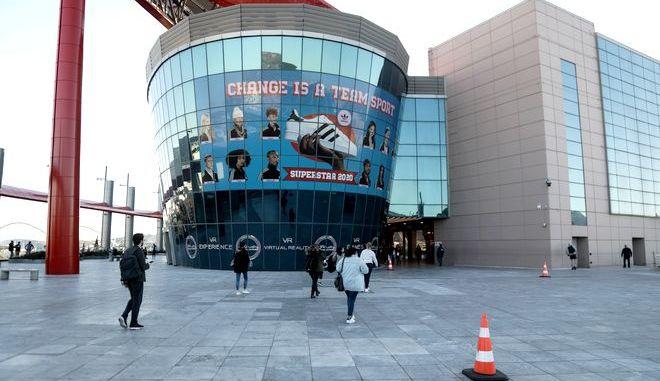 """Στιγμιότυπο από το εμπορικό κέντρο """"The Mall Athens"""", την Παρασκευή 13 Μαρτίου 2020. (EUROKINISSI/ΣΩΤΗΡΗΣ ΔΗΜΗΤΡΟΠΟΥΛΟΣ)"""