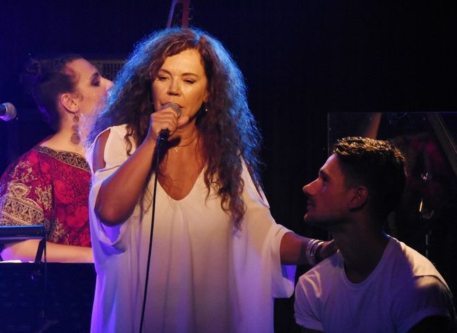 Η τραγουδίστρια Ελένη Δήμου στην παρουσίαση του άλμπουμ του Πάνου Βλάχου με τίτλο