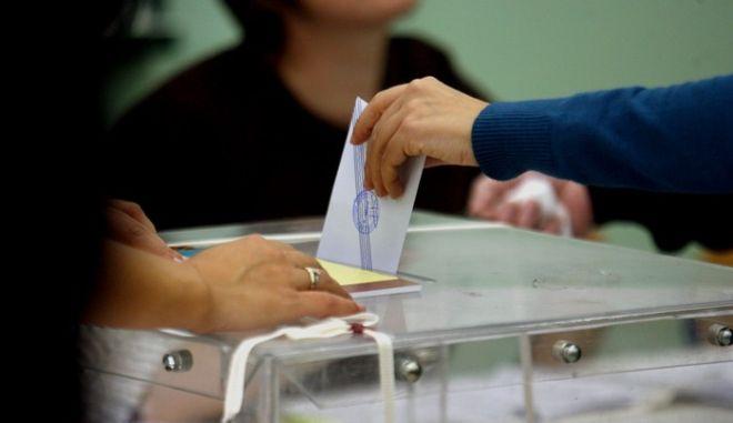 Εθνικές Εκλογές 2009,στιγμιότυπα απο εκλογικά τμήματα στην Αθήνα στην περιοχή του Παγκρατίου,Κυρικαή 4 Οκτωβρίου 2009 (EUROKINISSI/ΤΑΤΙΑΝΑ ΜΠΟΛΑΡΗ)