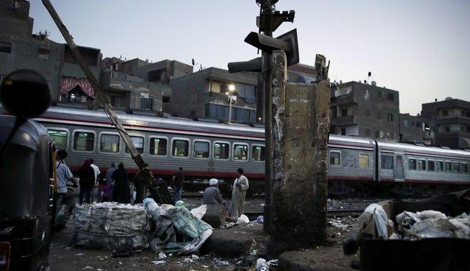 Διερχόμενο τρένο στο Κάιρο της Αιγύπτου