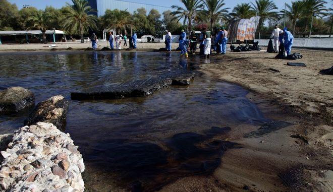 """Στιγμιότυπο απο την απορρυπανση στη παραλια του Αλιμου την Τρίτη 19 Σεπτεμβρίου 2017, μια εβδομάδα μετά το ναυάγιο του δεξαμενόπλοιου """"Αγία Ζώνη ΙΙ"""" που προκάλεσε την πετρελαιοκηλίδα στο Σαρωνικό. (EUROKINISSI/ΓΙΑΝΝΗΣ ΠΑΝΑΓΟΠΟΥΛΟΣ)"""