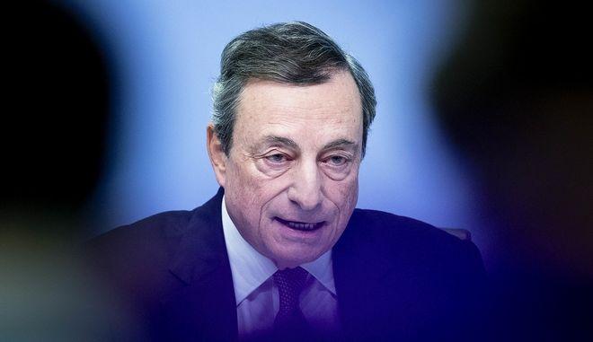 Ο πρόεδρος της Ευρωπαϊκής Κεντρικής Τράπεζας Μάριο Ντράγκι σε στιγμιότυπο από συνέντευξη Τύπου