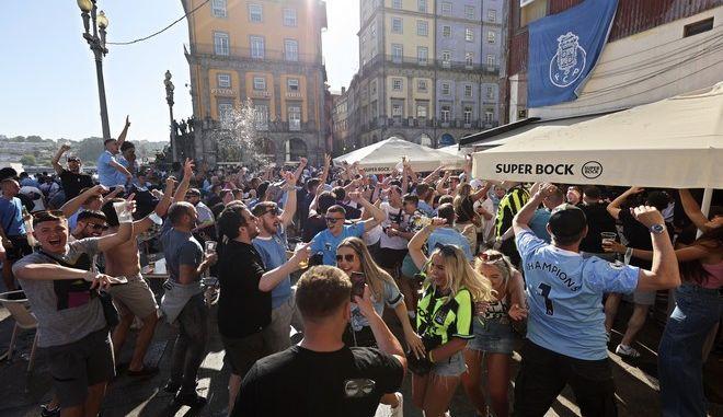 Οπαδοί της Μάντσεστερ Σίτι, πίνουν και τραγουδούν συνθήματα πριν τον τελικό του Τσάμπιονς Λιγκ, στο Πόρτο