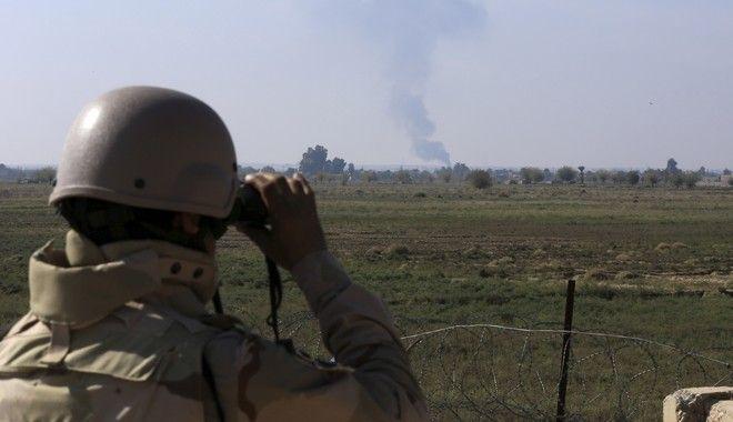 Συνοριοφύλακας του Ιράκ παρακολουθεί στρατιωτική εναέρια επίθεση κατά του Isis