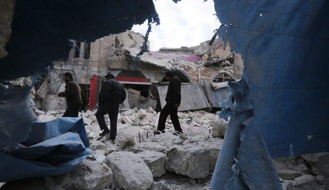 Βομβαρδισμένο τοπίο στην επαρχία Ιντλίμπ της Συρίας