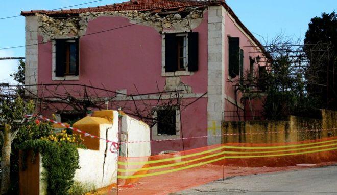 Οι μετασεισμοί στην Κεφαλονια συνεχίζοναι,όμως οι κάτοικοι στο Ληξούρι,που είχε και τις μεγαλύτερες καταστροφες,προσπαθούν να μπούν σε ρυθμούς καθημερινότητας.Συνεχίζεται η καταγραφή των σπιτιών που επχουν υποστεί ζημιές,πολλοί κάτοικοι ζήτησαν οι σκηνές να στηθούν δίπλα στα σπίτια τους για να τα προσέχουν ,Τετάρτη 12 Φεβρουαρίου 2014 (EUROKINISSI/ ΕΦΗΜΕΡΙΔΑ ΗΜΕΡΑ ΖΑΚΥΝΘΟΥ/ ΓΙΩΡΓΟΣ ΓΕΩΡΓΙΑΔΗΣ)