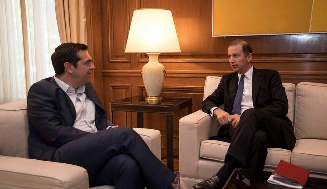 Ο Αλέξης Τσίπρας και ο διευθύνων σύμβουλος της SNAM Μάρκο Αλβερά