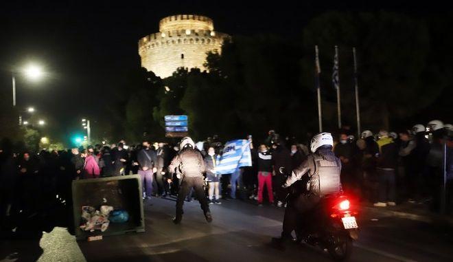 Επεισόδια σε συγκέντρωση αρνητών της μάσκας στη Θεσσαλονίκη