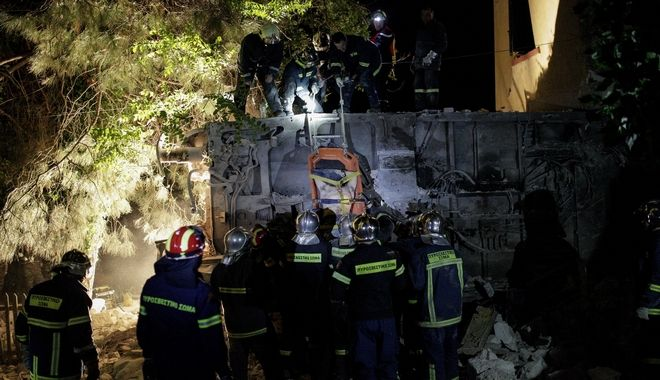 Firefighters carry the body of a dead man following a train accident at Adendro, almost 40km west of Thessaloniki, with two confirmed dead among the passengers, Greece on May 13, 2017. The train crashed into a house after derailing. /              , 40    ,    ,  13  2017.       .