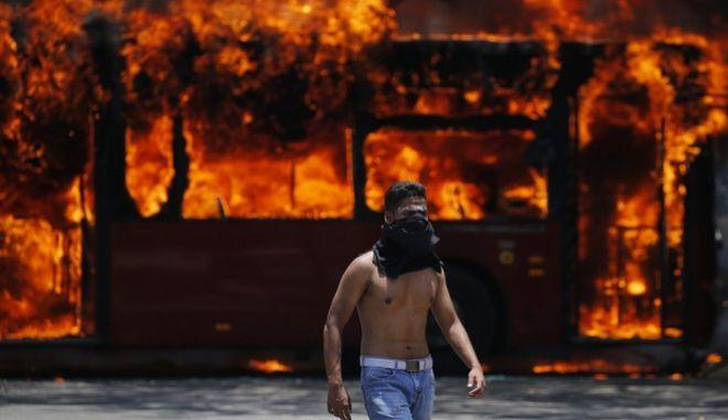 Στιγμιότυπο από τις συγκρούσεις υποστηρικτών του Μαδούρο και του Γκουαϊδό στο Καράκας