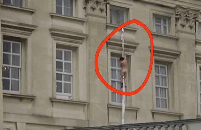 Προϊόν μοντάζ το βίντεο με τον γυμνό άνδρα στο Μπάκιγχαμ