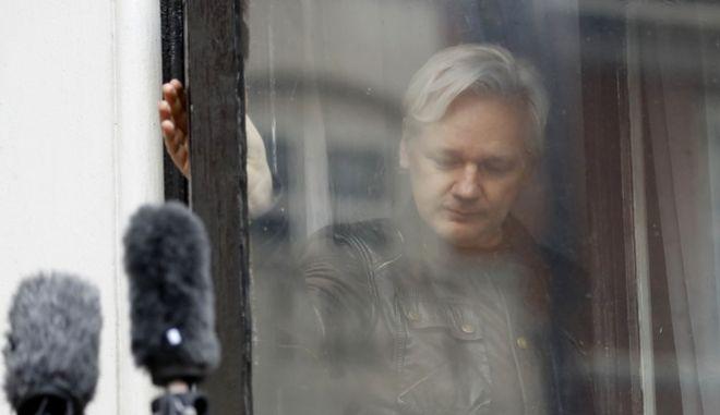 Ο ιδρυτής του Wikileaks στο παράθυρο της πρεσβείας του Ισημερινού στο Λονδίνο όπου έχει βρει καταφύγιο