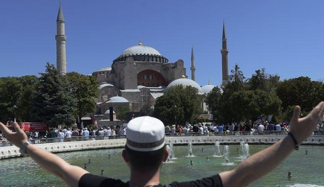 Νεαρός μουσουλμάνος έξω από την Αγιά Σοφιά
