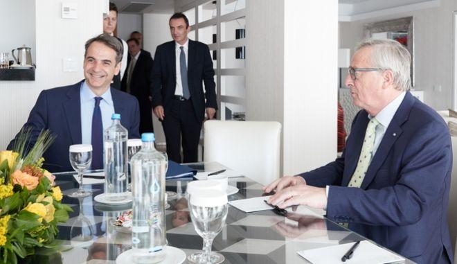 Μητσοτάκης και Γιούνκερ κατά την επίσκεψη του προέδρου της Κομισιόν στην Αθήνα τον Απρίλιο 2018