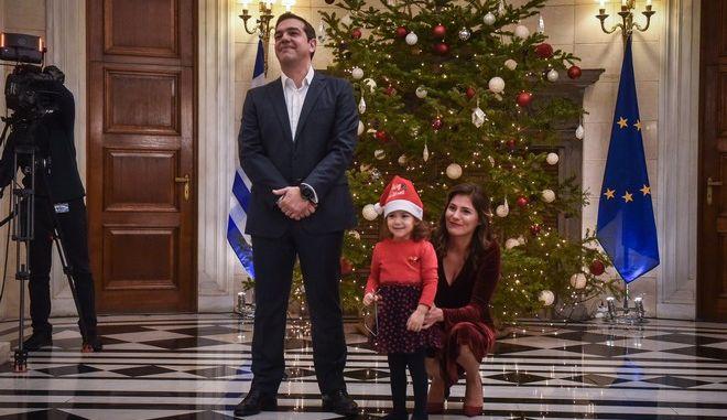 Ένα μικρό παιδί με τον Πρωθυπουργό Αλέξη Τσίπρα και την Περιστέρα Μπαζιάνα κατα την διάρκεια των πρώτων καλάντων στο Μέγαρο Μαξίμου την Δευτέρα 24 Δεκεμβρίου 2018. (EUROKINISSI/ΤΑΤΙΑΝΑ ΜΠΟΛΑΡΗ)